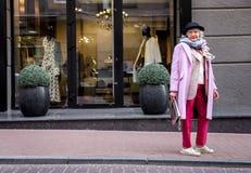 El hacer compras que va de la señora madura confiada Imágenes de archivo libres de regalías