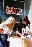 El hacer compras que va encantador de la mujer joven dos Foto de archivo libre de regalías