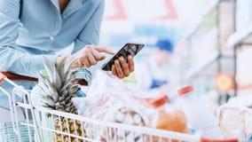 El hacer compras y apps móviles fotos de archivo libres de regalías