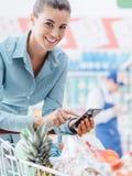El hacer compras y apps móviles imagenes de archivo
