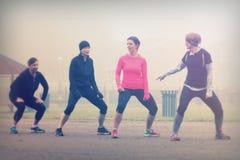 El hacer de la gente mantiene ejercicio apto parque Fotos de archivo