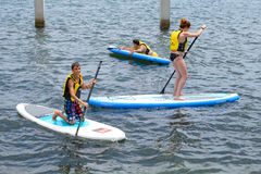 El hacer de la gente se levanta la paleta que practica surf, o el embarque (el SORBO) Imagen de archivo