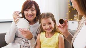 El hacer de la madre, de la hija y de la abuela compone almacen de video
