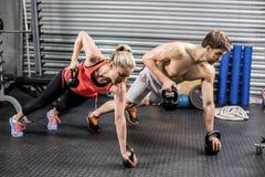 El hacer de los pares empuja hacia arriba con pesas de gimnasia Foto de archivo libre de regalías