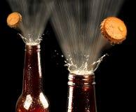 El hacer estallar de las cervezas Imagenes de archivo