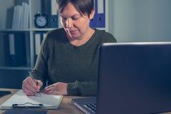 El hacer femenino del empresario comienza para arriba papeleo del negocio Foto de archivo