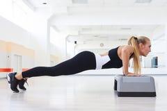 El hacer fuerte de la hembra empuja hacia arriba postura del entrenamiento de los abdominals Foto de archivo libre de regalías