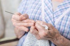 El hacer a ganchillo de las manos Foto de archivo