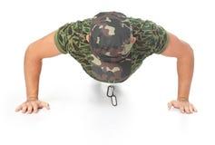 El hacer joven del soldado del ejército empuja hacia arriba Fotografía de archivo