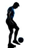 El hacer juegos malabares del futbolista del fútbol del hombre Imágenes de archivo libres de regalías