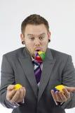 El hacer juegos malabares del hombre de negocios Foto de archivo