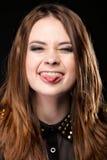 El hacer muecas. Mujer joven que hace la cara tonta. Foto de archivo libre de regalías