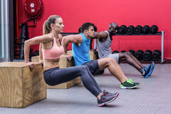 El hacer muscular de los atletas reverso empuja hacia arriba Imagenes de archivo