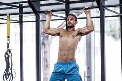 El hacer muscular del hombre levanta ejercicios Foto de archivo