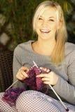 El hacer punto de la mujer al aire libre Imagen de archivo libre de regalías