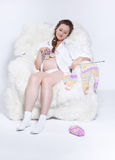El hacer punto de la mujer embarazada Fotografía de archivo libre de regalías