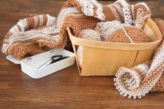 El hacer punto de las lanas naturales foto de archivo libre de regalías