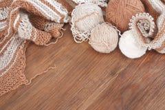 El hacer punto de las lanas naturales fotografía de archivo