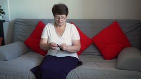 El hacer punto de una más vieja mujer almacen de metraje de vídeo