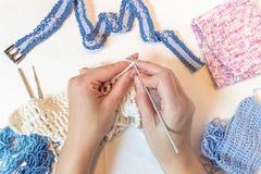 El hacer punto en manos de la mujer Ganchillo de la mano La hembra teje a mano el gancho costura Imagen de archivo