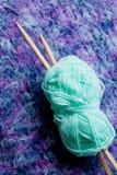 El hacer punto - lanas y agujas Imagen de archivo libre de regalías