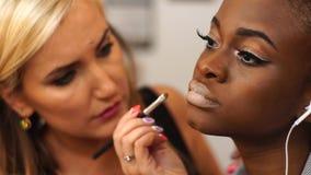 El hacer rubio del artista de maquillaje compensa el modelo afroamericano hermoso joven almacen de video