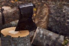 El hacha vieja para cortar los palillos de la leña fotos de archivo