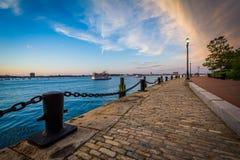 El Harborwalk en la puesta del sol, en Boston del sur, Massachusetts Fotos de archivo