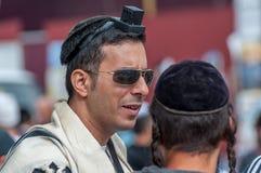El hasid ortodoxo judío lleva, tefillin, tallit y kippah Imagenes de archivo