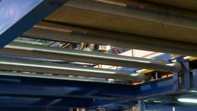 El haz de madera se mueve en la máquina de la producción, primer metrajes