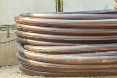 El HDPE instala tubos para el abastecimiento de agua y el conducto eléctrico en el constructi foto de archivo
