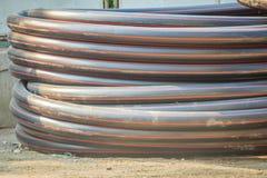 El HDPE instala tubos para el abastecimiento de agua y el conducto eléctrico en el constructi fotos de archivo libres de regalías