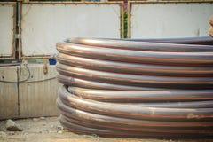 El HDPE instala tubos para el abastecimiento de agua y el conducto eléctrico en el constructi imágenes de archivo libres de regalías