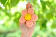 El hecho a mano hecha a ganchillo flor fotografía de archivo