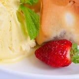 El helado de vainilla con las fresas fotografía de archivo