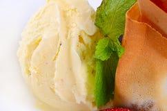El helado de vainilla con las fresas fotos de archivo