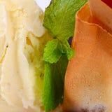 El helado de vainilla con las fresas fotografía de archivo libre de regalías