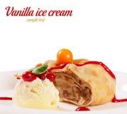 El helado de vainilla con milhojas de manzana imágenes de archivo libres de regalías