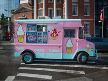El helado del rosa y del trullo sacude la furgoneta del camión del helado en una calle en el Ne Imagenes de archivo