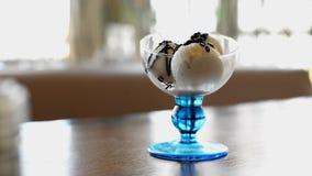 El helado dulce de la vainilla en un vidrio del florero regó metrajes