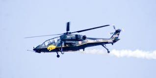 El helicóptero de combate ligero en vuelo virginal durante la aero- demostración 2013 de la India Imagenes de archivo
