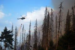 El helicóptero extingue el fuego Imágenes de archivo libres de regalías