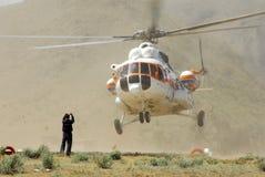 El helicóptero hace un aterrizaje Foto de archivo