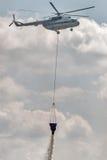 El helicóptero MI-8 vierte el agua de la capacidad Fotografía de archivo libre de regalías