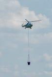 El helicóptero MI-8 vuela para extintor Foto de archivo libre de regalías