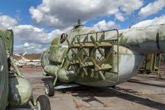 El helicóptero pesado ruso del transporte un aeródromo abandonado Fotografía de archivo