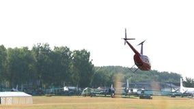 El helicóptero rojo saca y se va volando metrajes