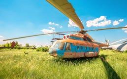 El helicóptero ruso Mi-6 del transporte en un aeródromo abandonado Imágenes de archivo libres de regalías