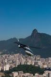 El helicóptero saca en Rio de Janeiro Foto de archivo