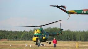 El helicóptero saca, salón aeronáutico, cerca del helicóptero es gente almacen de metraje de vídeo